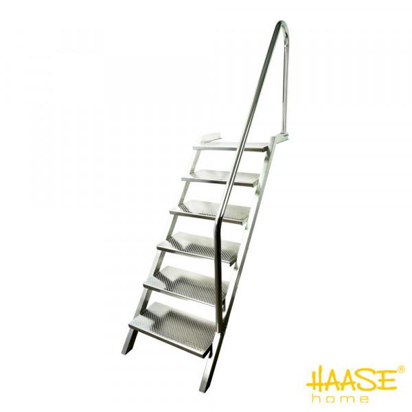 polierte Edelstahlpooltreppe mit 6 tiefen Stufen mit Perlprägung und Antritt mit Rundlochung mit Drainagewirkung, Handlauf rechts